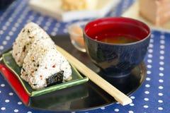 Шарики риса Onigiri с замаринованными имбирем и супом мисо, японской едой, едой стиля Kawaii стоковое изображение rf