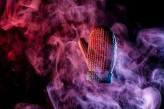 Шарики рождества в покрашенном фиолетов-красном дыме стоковое фото