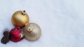 Шарики рождества кладя на снег видеоматериал