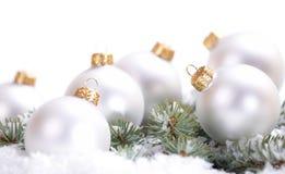 Шарики рождества красивые белые с ветвью и снегом ели на белой предпосылке Стоковые Фото
