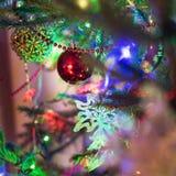 Шарики рождества красные на рождественской елке indoors конец вверх стоковые фотографии rf