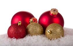 Шарики рождества на снежке Стоковые Изображения