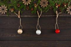 Шарики рождества на шпагате rope, предпосылка рамки гирлянды Стоковая Фотография