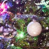 Шарики рождества серебряные на рождественской елке Вычерченный снег indoors Стоковые Фотографии RF
