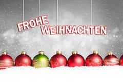 Шарики рождества в снеге с & x22; веселое christmas& x22; сообщение Стоковая Фотография