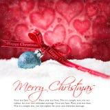 Шарики рождества в снеге с & x22; веселое christmas& x22; сообщение Стоковое Изображение