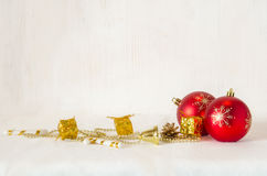 Шарики рождества декоративные красные на снеге с деревянными планками как предпосылка стоковое изображение rf