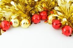 Шарики рождества и золотая сусаль Стоковая Фотография
