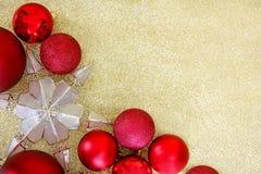 Шарики рождества и яркий блеск Backgr золота экстракласса дерева звезды обрамляя Стоковые Фотографии RF