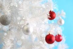 Шарики рождества на белой рождественской елке Стоковая Фотография