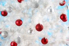Шарики рождества на белой рождественской елке Стоковое Изображение RF
