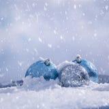 Шарики рождества на белом снеге Стоковые Изображения