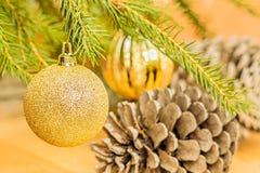 Шарики рождества на ветви ели и конусах ели, конце-вверх Стоковое Изображение RF