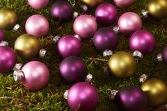 Шарики рождества на зеленом мхе Стоковые Изображения