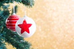 Шарики рождества на рождественской елке Стоковые Изображения