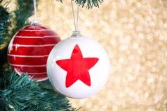 Шарики рождества на рождественской елке Стоковая Фотография