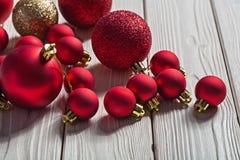 Шарики рождества на старых покрашенных белых деревянных досках Стоковые Фото