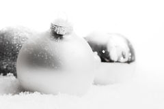 Шарики рождества стеклянные на снеге, предпосылке зимы Стоковое Фото