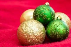 Шарики рождества с красной предпосылкой стоковая фотография rf
