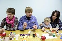 Шарики рождества людей крася Стоковые Фото