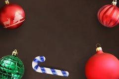 Шарики ручки, красного цвета, волнистых и зеленых рождества ребристые на темном деревянном столе Стоковое Изображение RF