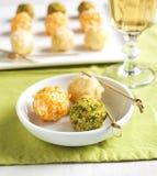 Шарики сыра с миндалиной и фисташкой стоковые изображения rf