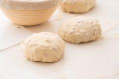 Шарики теста покрытые с пшеничной мукой готовой для печь скопируйте космос Стоковые Фото