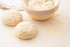 Шарики теста покрытые с пшеничной мукой готовой для печь скопируйте космос Стоковое Фото