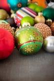 Шарики украшения рождества стеклянные на деревянной земле стоковые изображения rf