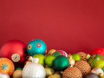 Шарики украшения рождества стеклянные на красной предпосылке стоковые фотографии rf