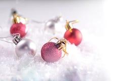 Шарики украшения рождества в глубоком снеге Изображение имеет винтажное влияние прикладное шаблон архива eps 8 карточек приветств Стоковые Изображения RF
