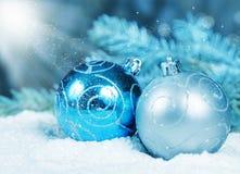 Шарики украшения рождества в снеге осветили светлое волшебство Стоковые Изображения
