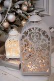 Шарики украшенные рождественской елкой белые и заморозок, подсвечник a с горящей свечой стоковое изображение