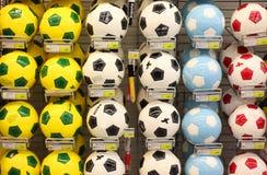 Шарики футбола в магазине Стоковое Изображение