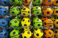 Шарики футбола в магазине Стоковая Фотография RF