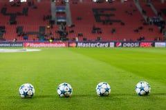 Шарики футбола лиги чемпионов в поле перед спичкой  Стоковые Изображения