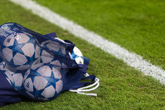 Шарики футбола лиги чемпионов в поле перед спичкой  Стоковые Изображения RF