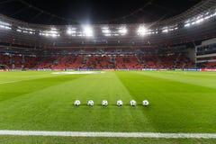 Шарики футбола лиги чемпионов в поле перед спичкой  Стоковая Фотография RF