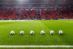 Шарики футбола лиги чемпионов в поле перед спичкой  Стоковое фото RF