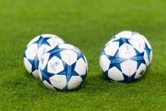 Шарики футбола лиги чемпионов в поле перед спичкой  Стоковое Фото