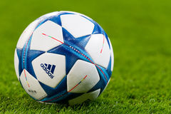 Шарики футбола лиги чемпионов в поле перед спичкой  Стоковая Фотография