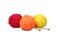шарики цветастые над белой пряжей Стоковая Фотография