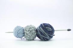 Шарики шерстей на голубых тенях в различных пряжах Стоковое фото RF