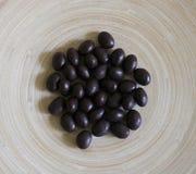 Шарики шоколада на плите стоковые изображения