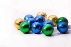Шарики шоколада обернутые в красочной фольге Стоковые Фотографии RF