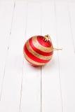 Шарики Christmass на белой деревянной предпосылке Стоковое Изображение