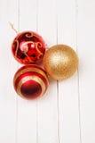 Шарики Christmass на белой предпосылке Стоковые Изображения RF