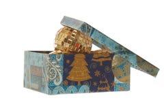 Шарики Xmas в коробке с крышкой Стоковые Фотографии RF