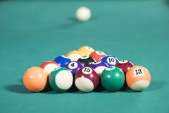 15 шариков биллиарда на бильярдном столе Стоковая Фотография