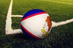 Шарик Американских Самоа на положении углового удара, предпосылке футбольного поля Национальная тема футбола на зеленой траве стоковые изображения rf